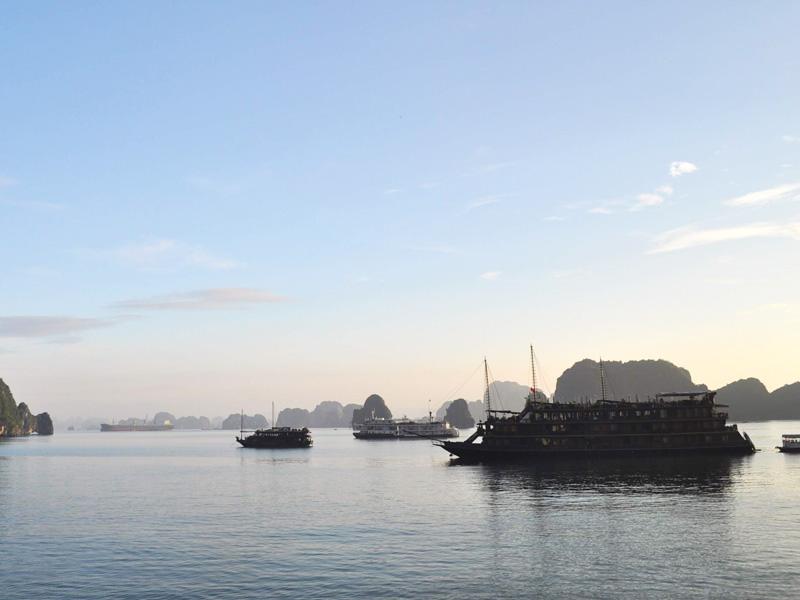 ハロン湾の夕日とボート