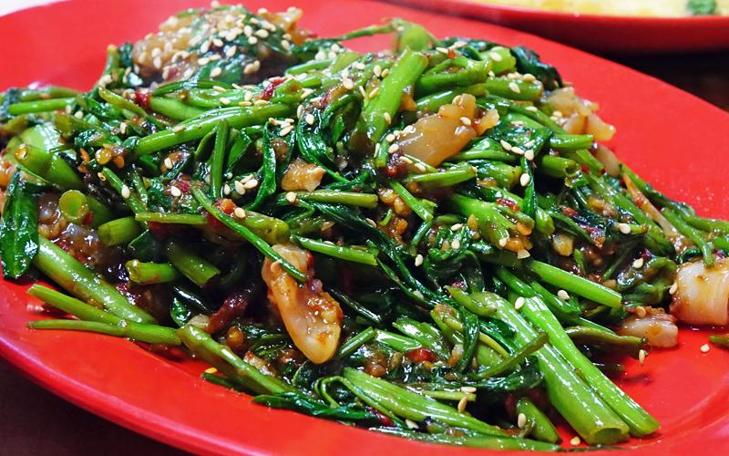 ベトナムで空芯菜ニンニク炒め
