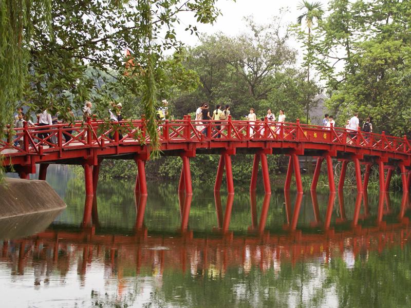 ホアンキエム湖の赤い橋
