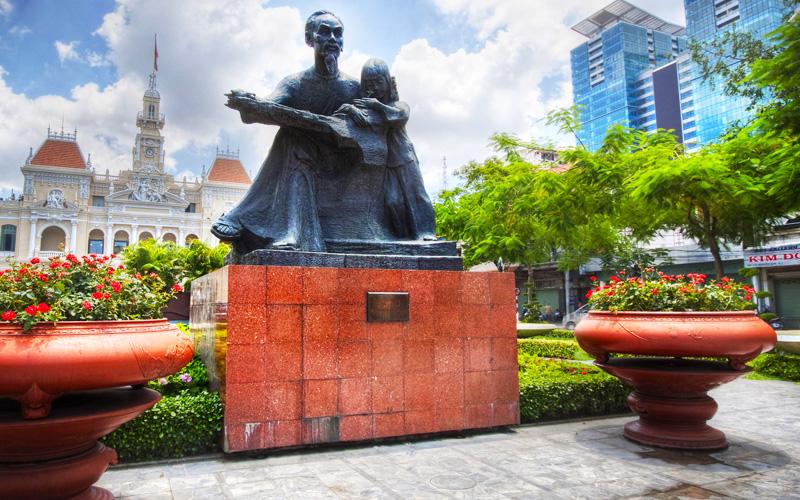 サイゴン ホーチミン像