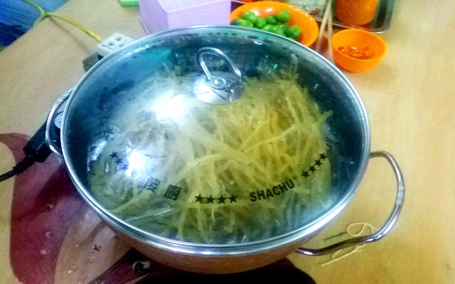 カオラウの麺をゆでる