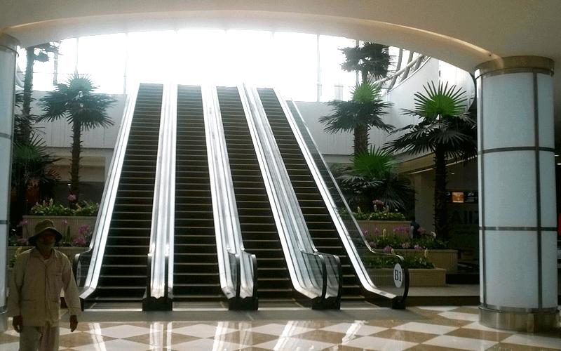 2013年12月24日OPENの都市型複合商業施設、ショッピング、レジャー、レストランなどエスカレーターが4つもある