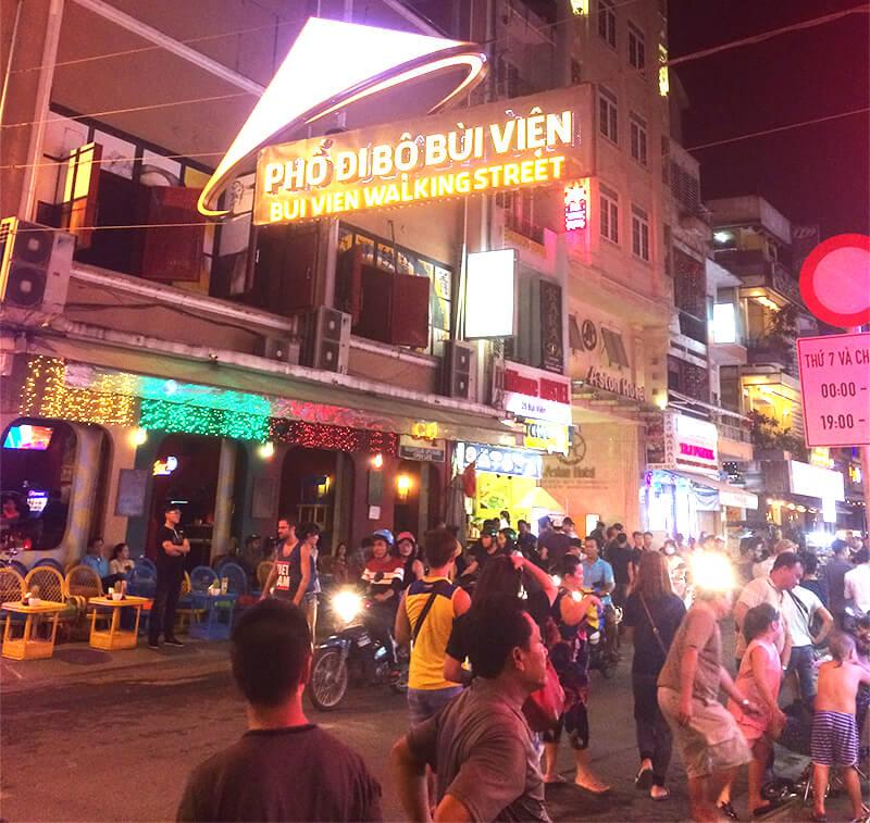 ブイビエン通りの看板はベトナムの伝統的な帽子ーノンラーをイメージしています。