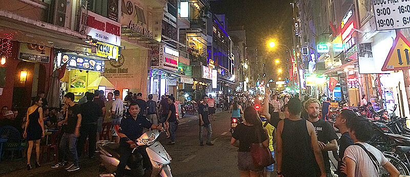 ブイビエン通りは常に明るく、治安も比較的良い