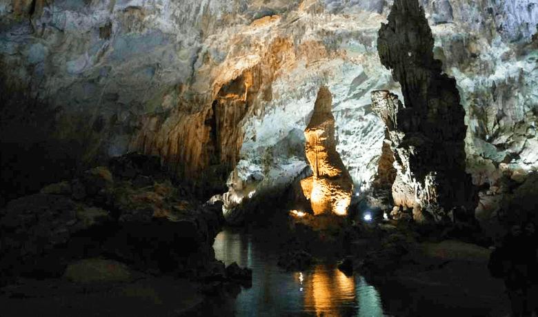 フォンニャ洞窟 映り込む鍾乳洞