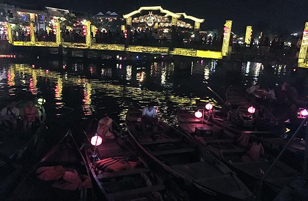 ホイアントゥボン川の手漕ぎ船