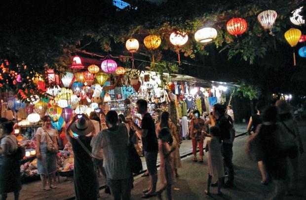 賑わいを見せるランタン祭りの夜