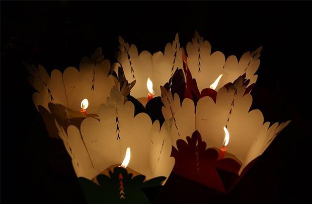ホイアンのトゥボン川で流す灯篭