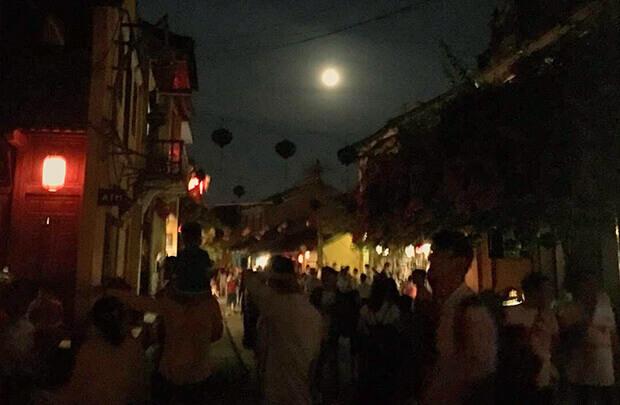 灯りの少ない最近のホイアンランタン祭り