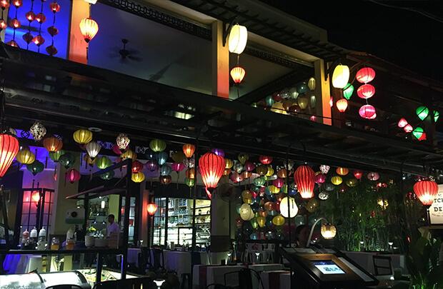 ホイアントゥボン川沿いのレストラン