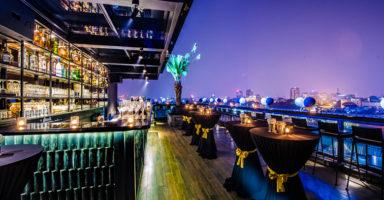 Twilight Sky Bar 屋上にあるバーからホアンキエム湖の夜景が一望