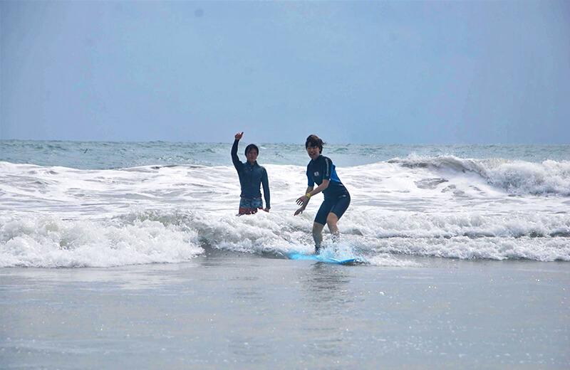 経験者の実力 - ダナンの日本語サーフィン体験教室