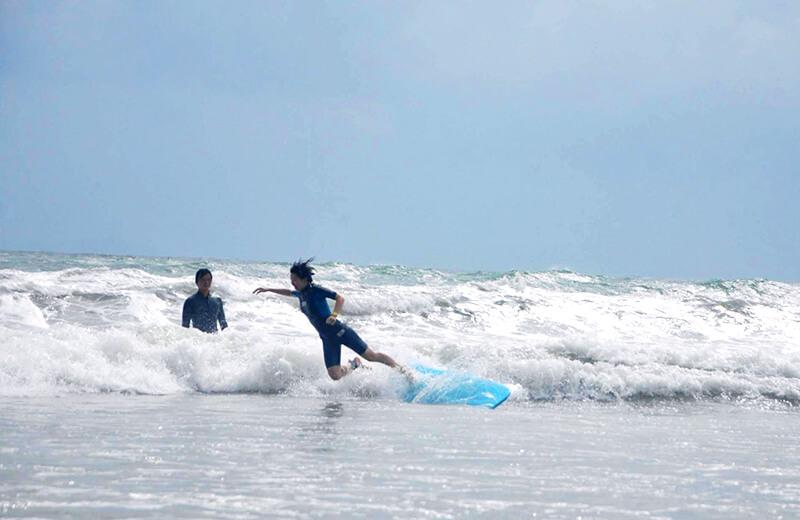 いきったら落ちるやつ - ダナンの日本語サーフィン体験教室