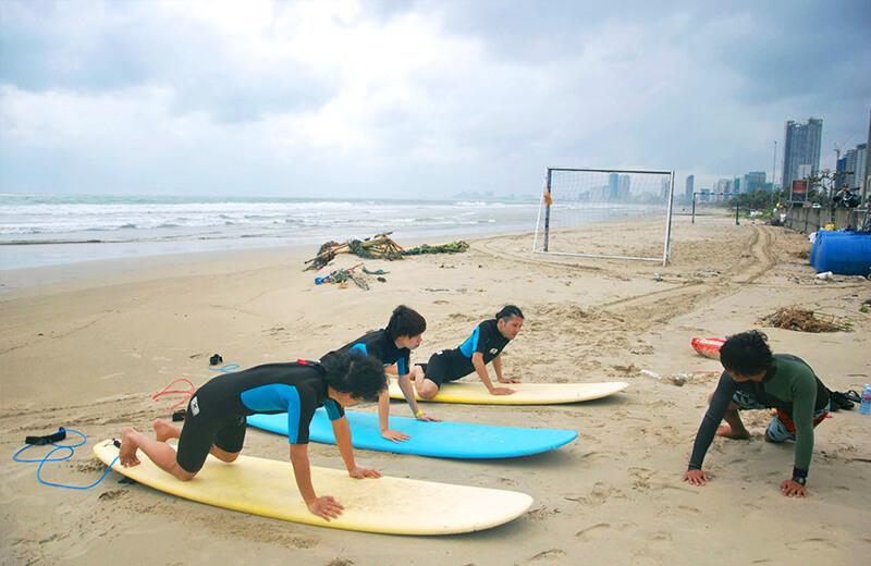 砂浜で講習 - ダナンの日本語サーフィン体験教室