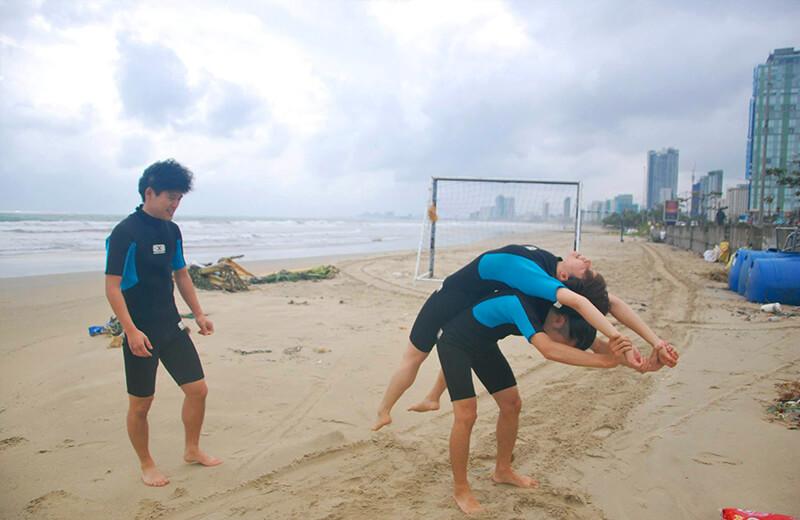 準備運動大事 - ダナンの日本語サーフィン体験教室
