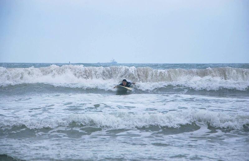 今にも波にのまれそうな久保 - ダナンの日本語サーフィン体験教室