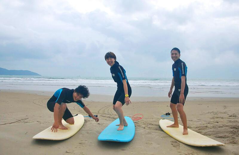 乗る前からノリノリ - ダナンの日本語サーフィン体験教室