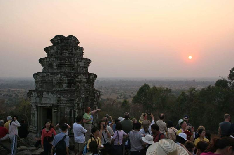 夕日鑑賞に訪れる観光客