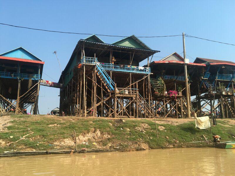 乾期の水上村、驚きの超高床式建築です