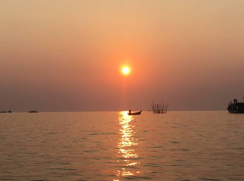 水平線に沈んでいく夕日
