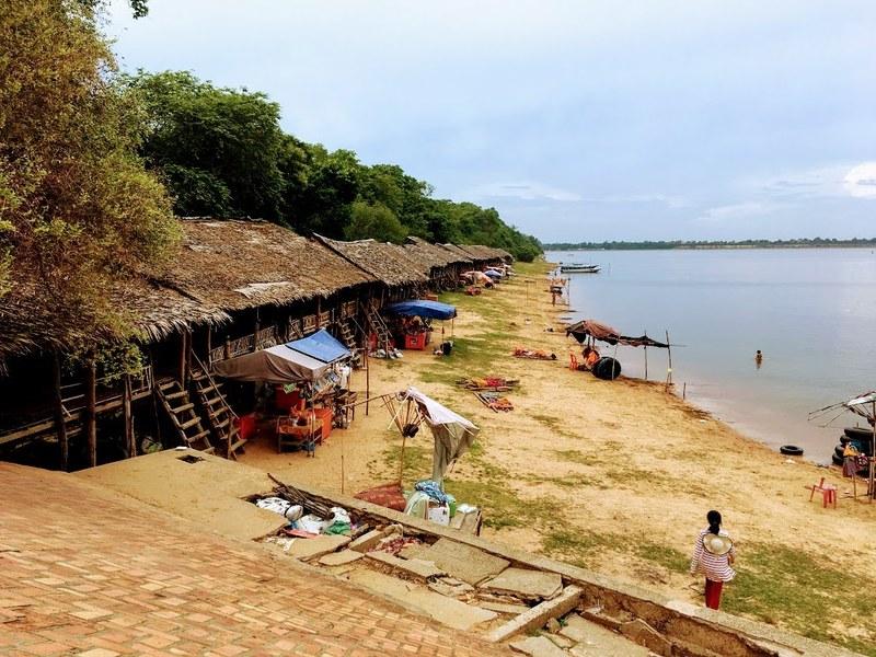 岸辺には休憩用のカフェやハンモックなどが並びます