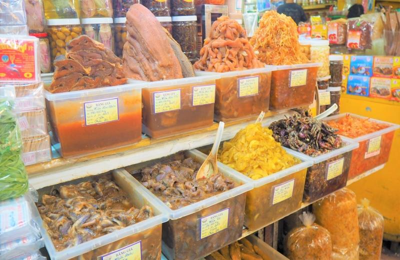 市場には個性的な調味料がたくさん