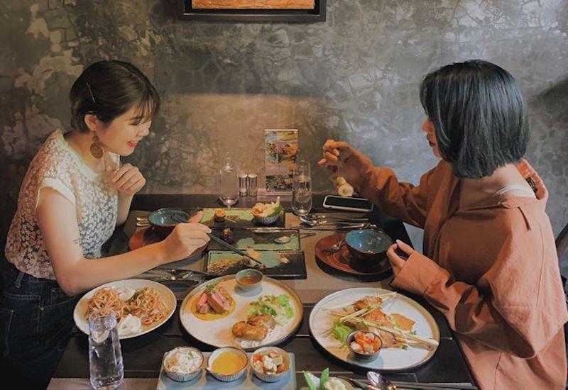 お食事する女性