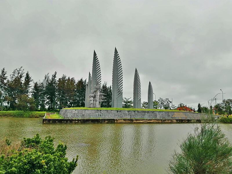 ヒエンルオン橋の南側にある像 - フエからベトナム戦争時代の国境地帯 DMZ(非武装地帯)ツアーに参加してきた。