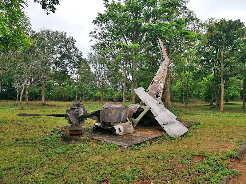 ケサン基地の戦闘機の残骸 - フエからベトナム戦争時代の国境地帯 DMZ(非武装地帯)ツアーに参加してきた。