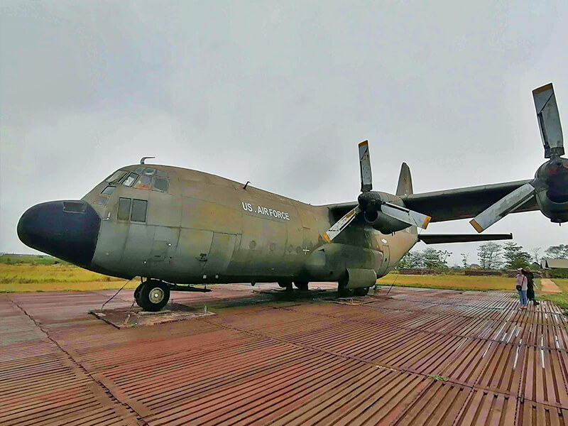 ケサン基地の輸送機 - フエからベトナム戦争時代の国境地帯 DMZ(非武装地帯)ツアーに参加してきた。