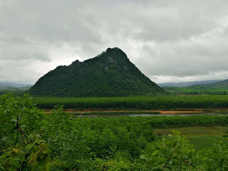 9号線から見えるロックパイル - フエからベトナム戦争時代の国境地帯 DMZ(非武装地帯)ツアーに参加してきた。