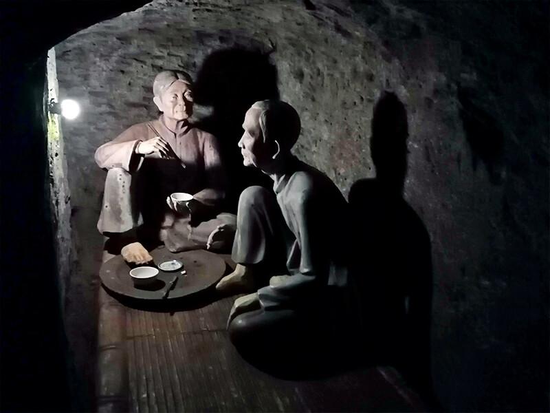 ビンモックトンネル(ヴィンモックトンネル)内の人形- フエからベトナム戦争時代の国境地帯 DMZ(非武装地帯)ツアーに参加してきた。