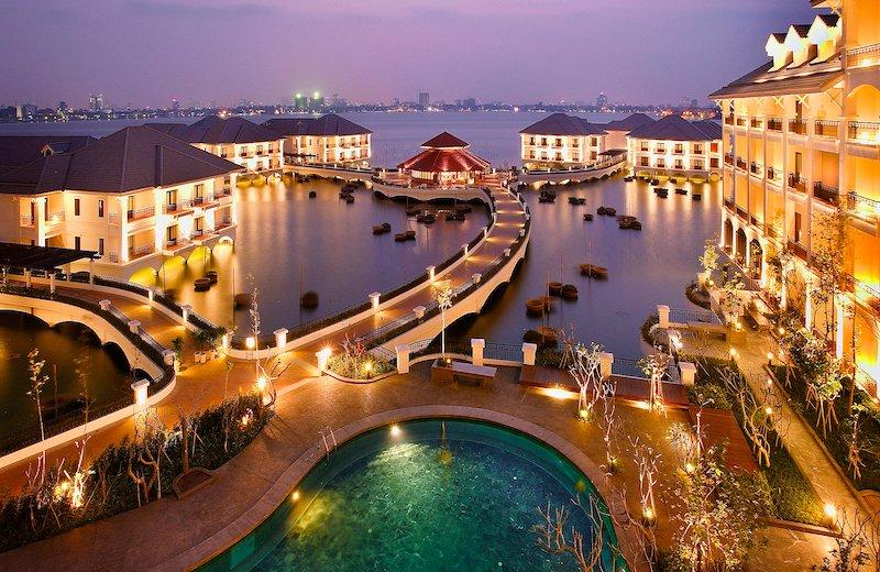湖に浮かぶインターコンチホテル