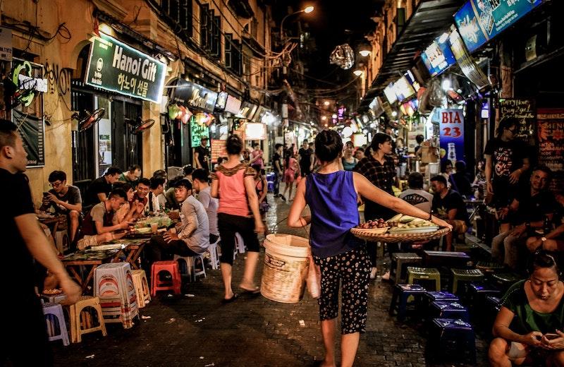 大勢で食事をするベトナム人