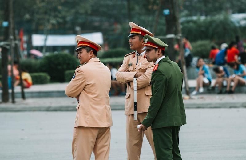 ベトナムの警察(黄色が交通、緑が公安)