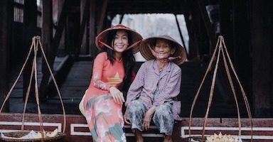 ベトナム人の女性とおばあさん