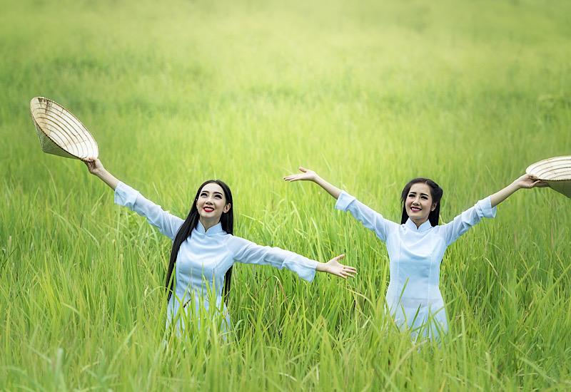 アオザイ女性とベトナムの田舎風景