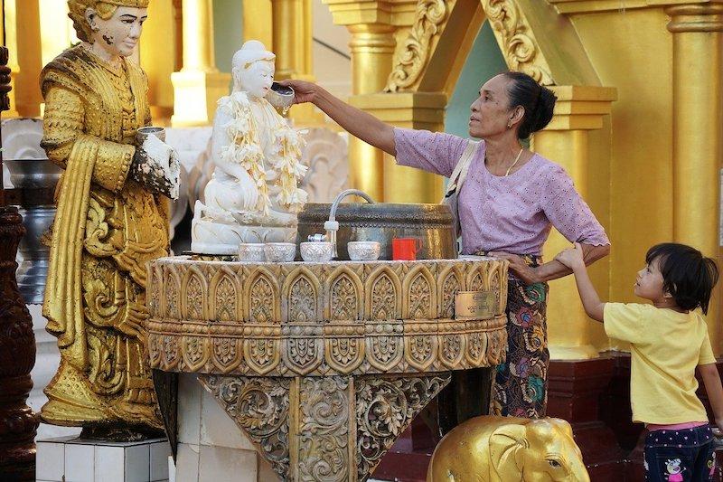独特の世界感を持つミャンマー仏教の概要と歴史パゴダでの参拝方法